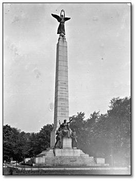 South_africa Monument Queen St & Uni Av 1913.
